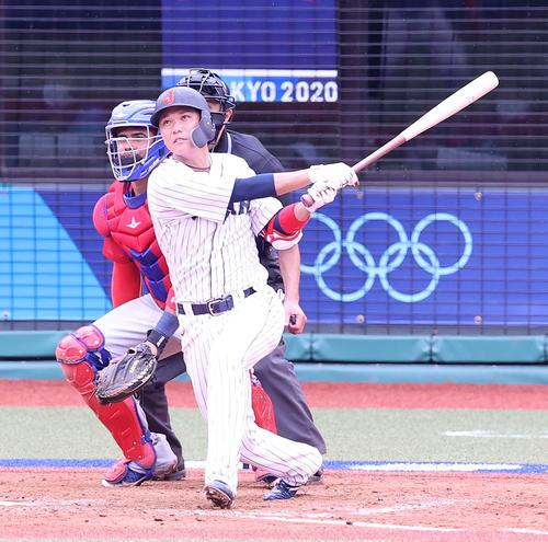 日本対ドミニカ共和国 9回裏日本1死満塁、サヨナラ打を放つ坂本(撮影・河野匠)