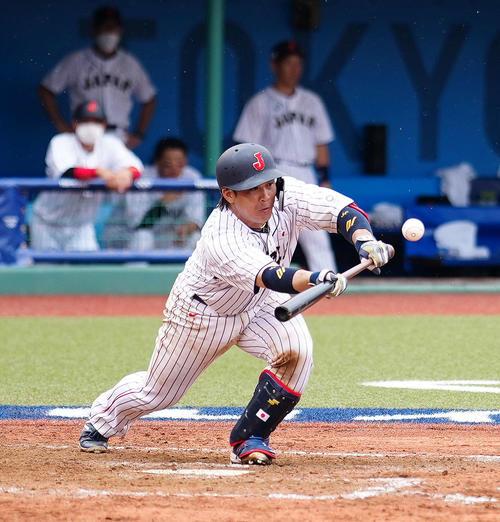日本対ドミニカ共和国 9回裏日本1死一、三塁、スクイズを決める甲斐(撮影・江口和貴)