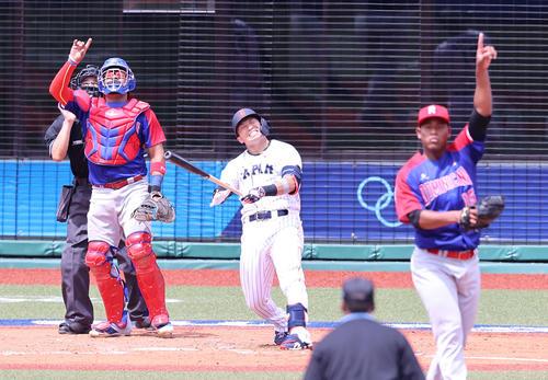 日本対ドミニカ共和国 3回裏日本2死一塁、右飛に倒れ悔しそうな表情を見せる鈴木誠。投手メルセデス(撮影・河野匠)