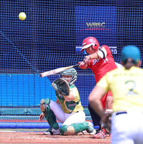 オーストラリア対日本 3回裏日本2死二塁、中越え2点本塁打を放つ内藤(撮影・河野匠)