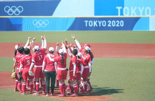 オーストラリア対日本 試合開始前、円陣を組む日本ナイン(撮影・鈴木みどり)