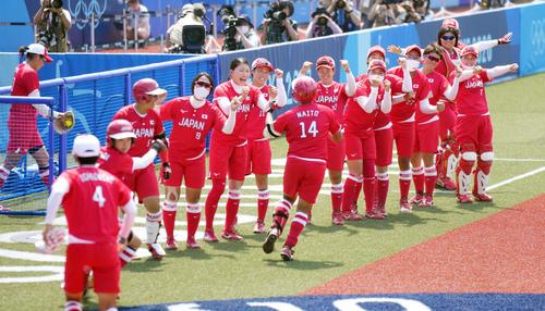 オーストラリア対日本 3回裏日本2死二塁、中越え2点本塁打を放った内藤(中央手前)を笑顔で迎えるナイン(撮影・鈴木みどり)
