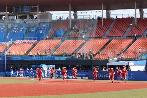 オーストラリア対日本 試合前練習のためグラウンドに出る日本の選手たち(撮影・河野匠)