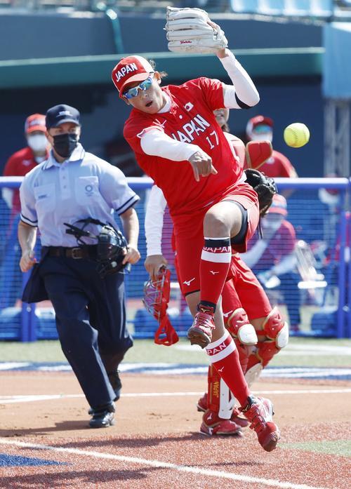 日本―オーストラリア 1回、先頭打者の打球を一塁に送球する上野。内野安打となった=福島県営あづま球場(共同)