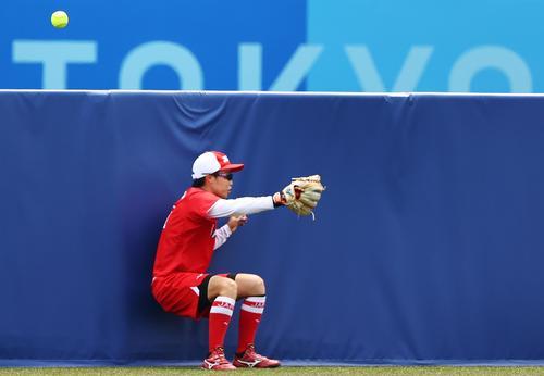 5回、センターの山田が飛びついたがわずかに届かず、ウルテスに同点ソロ本塁打を浴びる(ロイター)