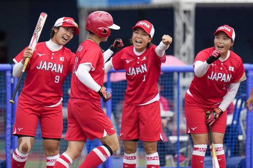 メキシコ対日本 2回裏日本1死、先制の左越え本塁打を放ち祝福される藤田(左から2人目)(AP)