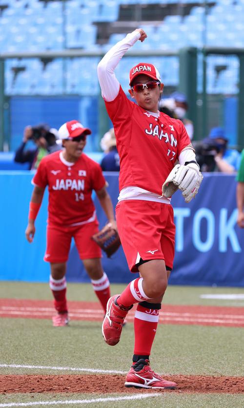 メキシコ対日本 3回表メキシコ1死、フォルベスを見逃し三振に仕留め、腕を振り上げる上野(撮影・河野匠)