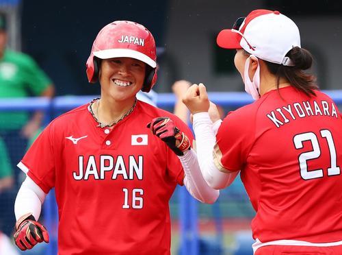 2回、先制ソロ本塁打を放ち笑顔でホームインする藤田(左)(ロイター)
