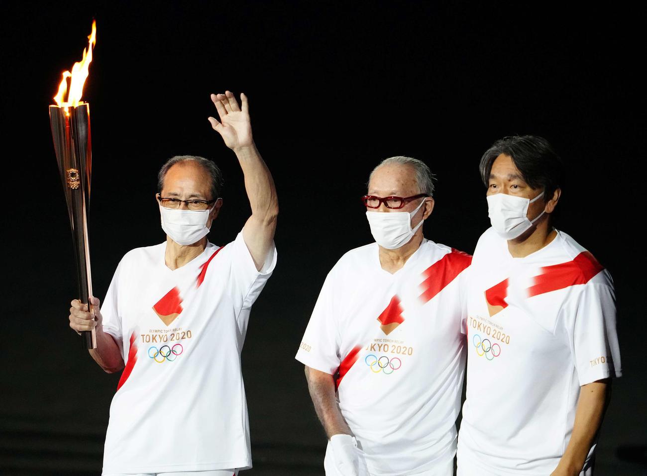 東京五輪開会式で聖火ランナーを務める、左から王氏、長嶋氏、松井氏(撮影・江口和貴)