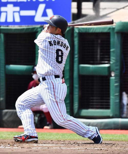 日本代表対楽天 1回裏日本代表1死満塁、中犠飛を放つ近藤(撮影・上田博志)