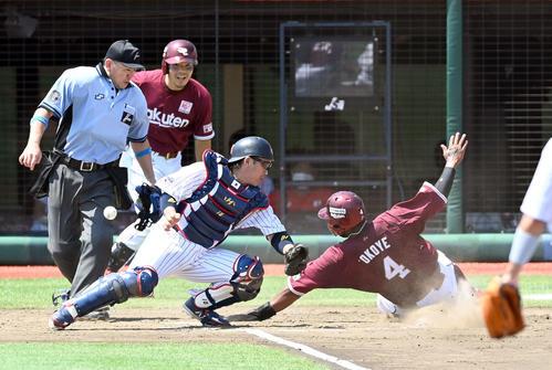 日本代表対楽天 4回表楽天1死三塁、茂木の右犠飛で生還するオコエ(撮影・たえ見朱実)