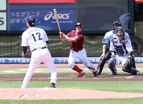日本代表対楽天 6回表楽天1死、小深田は三塁打を放つ。投手青柳(撮影・浅見桂子)