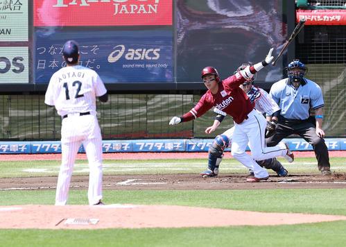 日本代表対楽天 6回表楽天2三塁死、村林は適時打を放つ。投手青柳(撮影・浅見桂子)