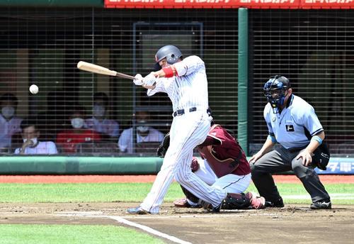 日本代表対楽天 1回裏日本代表無死一塁、左前に安打を放つ坂本(撮影・たえ見朱実)