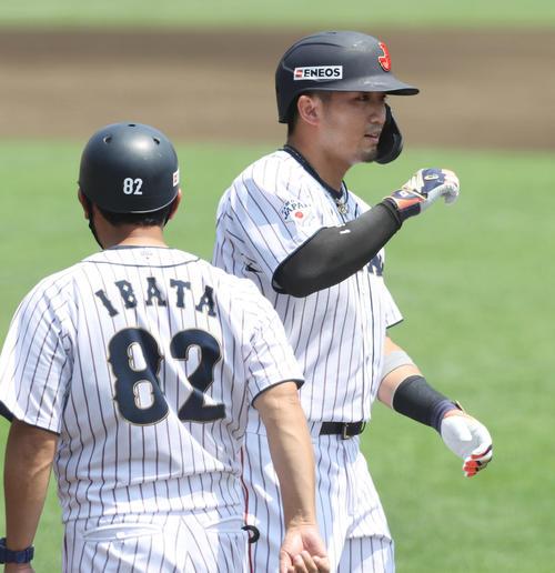 日本代表対楽天 1回裏日本代表無死満塁、押し出しの四球を選び井端コーチ(左)とグータッチを交わす鈴木誠(撮影・垰建太)