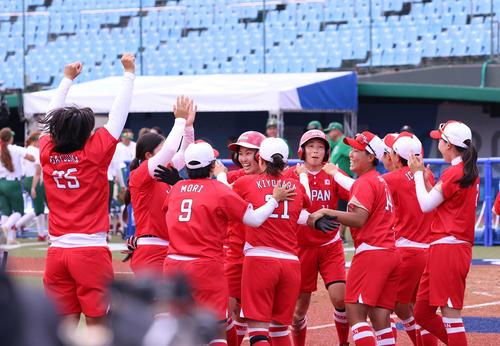 メキシコ対日本 サヨナラ勝ちに喜ぶ日本ナイン(2021年7月22日撮影)