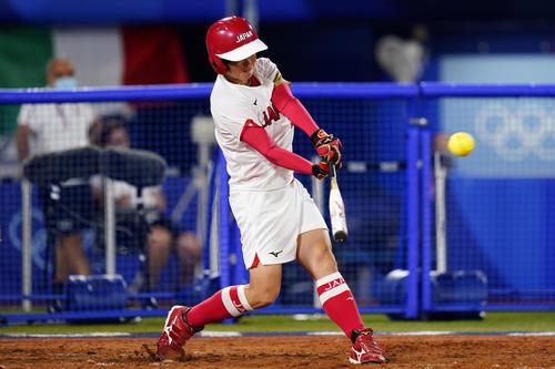 ソフトボール 日本-イタリア 6回表1死一、三塁、3点本塁打を放つ藤田倭(AP)