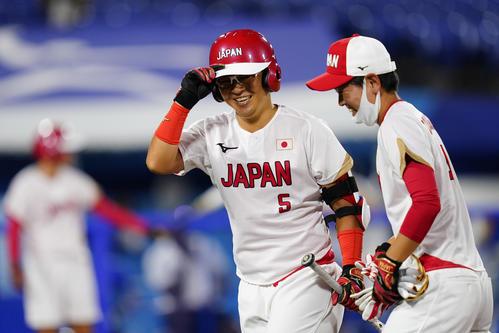 ソフトボール 日本-イタリア 4回表1死一塁、2点本塁打を放つ山本優(AP)