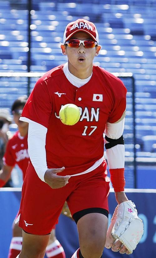 日本―カナダ 1回、投ゴロを好捕し、一塁にトスする上野(共同)