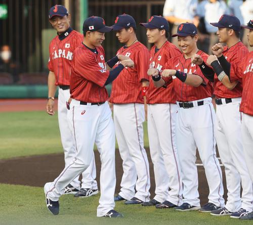 巨人対日本代表 試合前、選手紹介でダブルグータッチで入場する日本代表柳田(左)(撮影・垰建太)