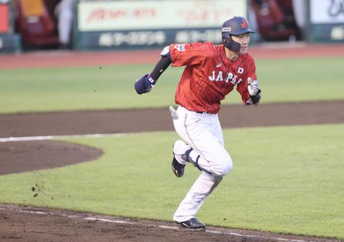 巨人対日本代表 3回表日本代表1死、内野安打で出塁する源田(撮影・垰建太)