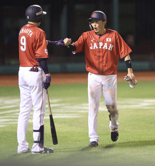 巨人対日本代表 6回表日本代表1死一、三塁、浅村の適時二塁打で生還し柳田(左)とグータッチを交わす源田(撮影・垰建太)