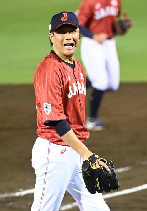 巨人対日本代表 5回、笑顔でベンチに戻る大野雄(撮影・前岡正明)