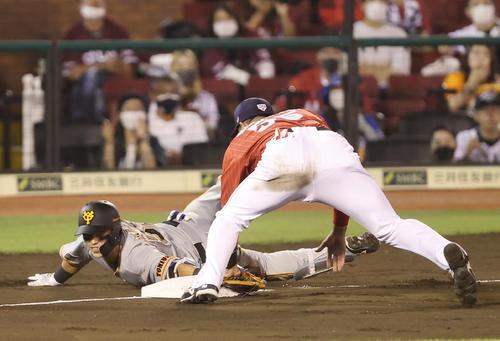巨人対日本代表 5回裏巨人2死、三塁打を放ち滑り込む北村(左)(撮影・垰建太)