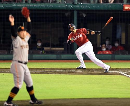 巨人対日本代表 6回裏侍ジャパン1死一、三塁、左前に適時二塁打を放つ浅村(撮影・たえ見朱実)