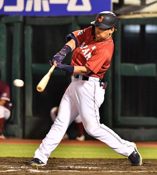 巨人対日本代表 7回表日本代表1死三塁、右前に適時打を放つ吉田正(撮影・上田博志)