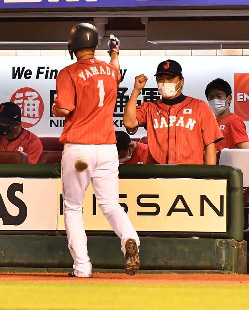 巨人対日本代表 7回表日本代表1死三塁、吉田正尚の右前適時打で生還した山田哲人をベンチで出迎える稲葉監督(右から2人目)(撮影・上田博志)