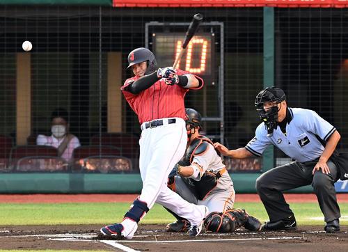 巨人対日本代表 1回表日本代表2死、二塁打を放つ鈴木誠(撮影・たえ見朱実)