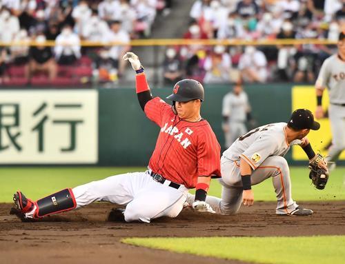 巨人対日本代表 2回表日本代表2死、右翼線へ二塁打を放つ村上(撮影・上田博志)