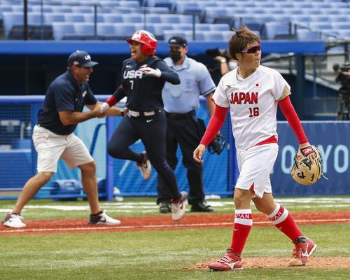 7回、米国・スチュアート(奥)にサヨナラ本塁打を浴び、引き揚げる藤田(共同)
