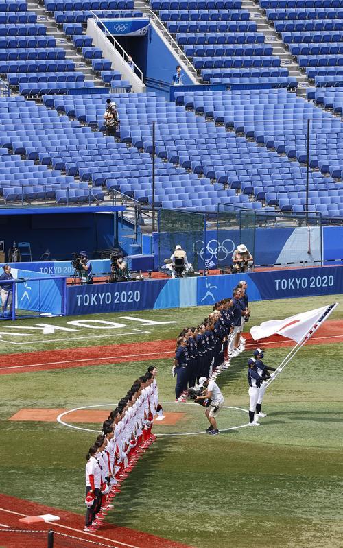 無観客の横浜スタジアムで試合前に整列する日本(手前)と米国の選手たち(共同)