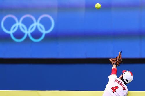 米国スチュアートの大飛球に右翼市口は捕球を試みるも及ばず(ロイター)