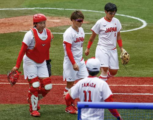 7回、サヨナラ本塁打を浴び、ベンチに戻る(左から)峰、藤田、山本(共同)