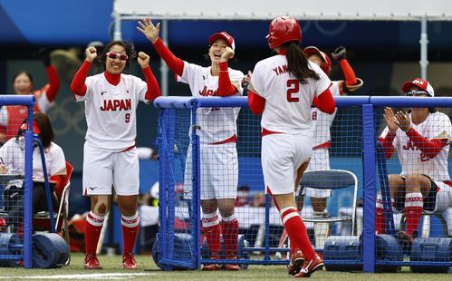 日本―米国 1回、先制のホームを踏んだ山崎(2)を迎える日本ナイン(共同)