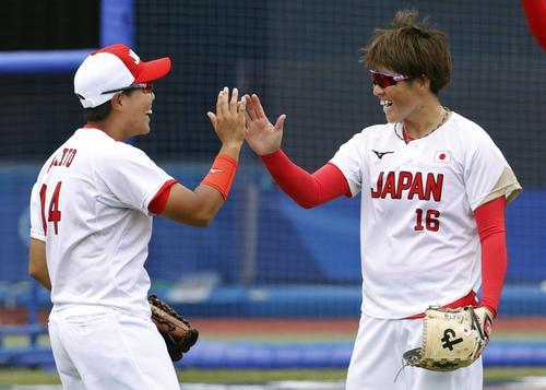 5回、好守の内藤(左)とタッチを交わす藤田(共同)