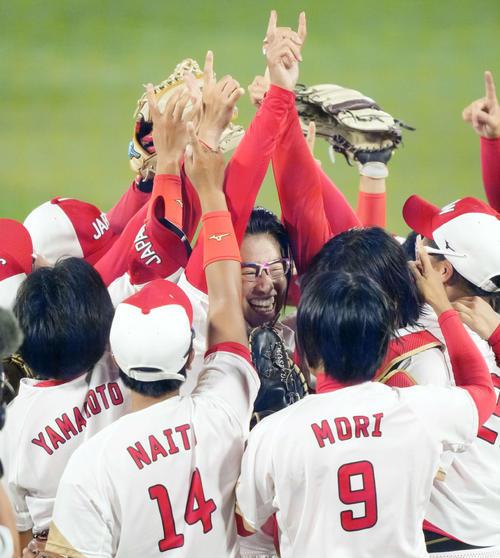 日本対米国 米国に勝利し優勝を決め、ナインと喜びを爆発させる上野(中央)(撮影・鈴木みどり)