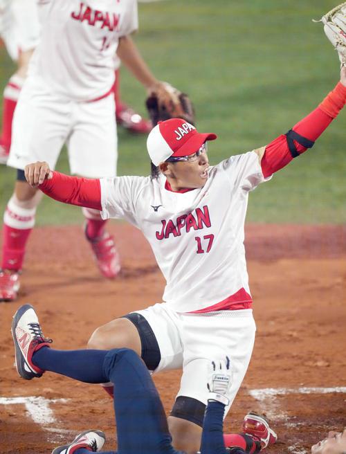 日本対米国 1回裏米国1死三塁、我妻の後逸の間に生還を試みた三塁走者を刺す上野(撮影・鈴木みどり)