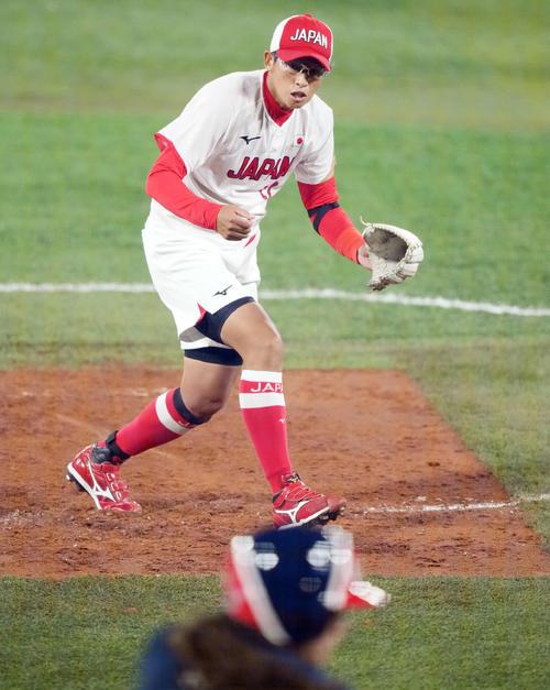 日本対米国 1回裏米国2死三塁、アリオトを空振り三振に仕留める上野(撮影・鈴木みどり)
