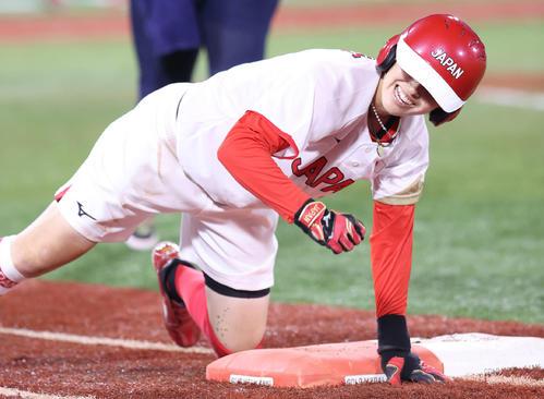 日本対米国 4回表日本2死一、三塁、先制の適時内野安打を放ちヘッドスライディングを見せた渥美(撮影・河野匠)