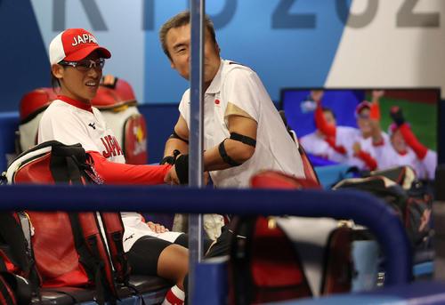 日本対米国 5回表日本2死二塁、藤田が適時打を放ち、ベンチで笑顔を見せる上野(撮影・河野匠)
