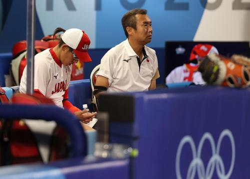 日本対米国 6回裏、降板しベンチで手を見つめる上野(撮影・河野匠)