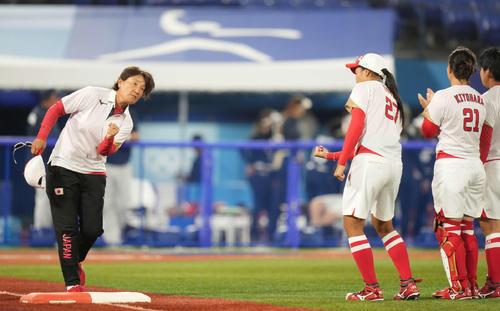 日本対米国 試合前の入場で拳を握る宇津木監督(撮影・鈴木みどり)
