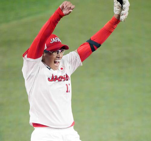 日本対米国 米国に勝利し優勝を決め、喜びを爆発させる上野(撮影・鈴木みどり)