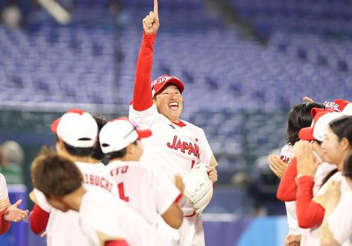 日本対米国 優勝を決めて指を突き上げる上野(中央)(撮影・河野匠)