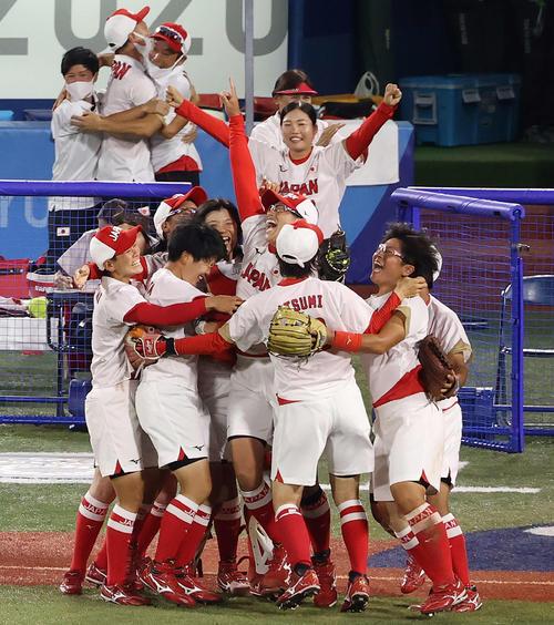 日本対米国 米国に勝利し優勝を決め、喜び合う上野(中央)ら日本ナイン(撮影・河野匠)