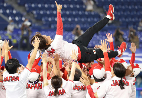 日本対米国 米国を破って優勝を飾り、選手たちから胴上げされる宇津木監督(撮影・河野匠)